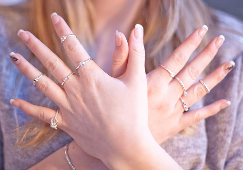 flera ringar på fingrarna